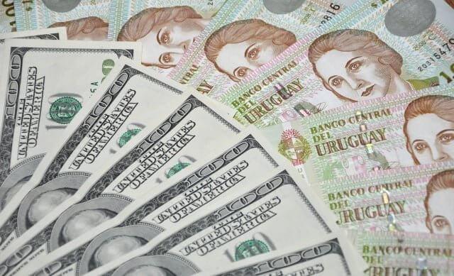 É melhor usar pesos uruguaios ou dólares no Uruguai?