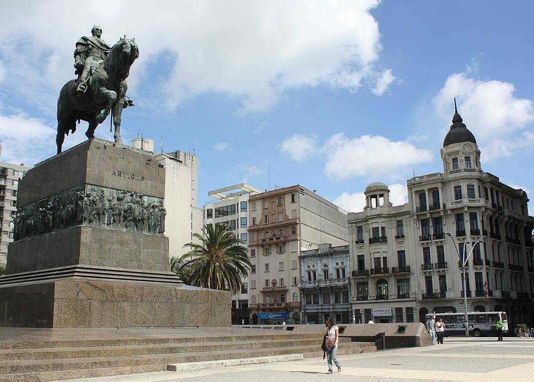 Plaza Independencia em Montevidéu: estátua e mausoléu José Artigas