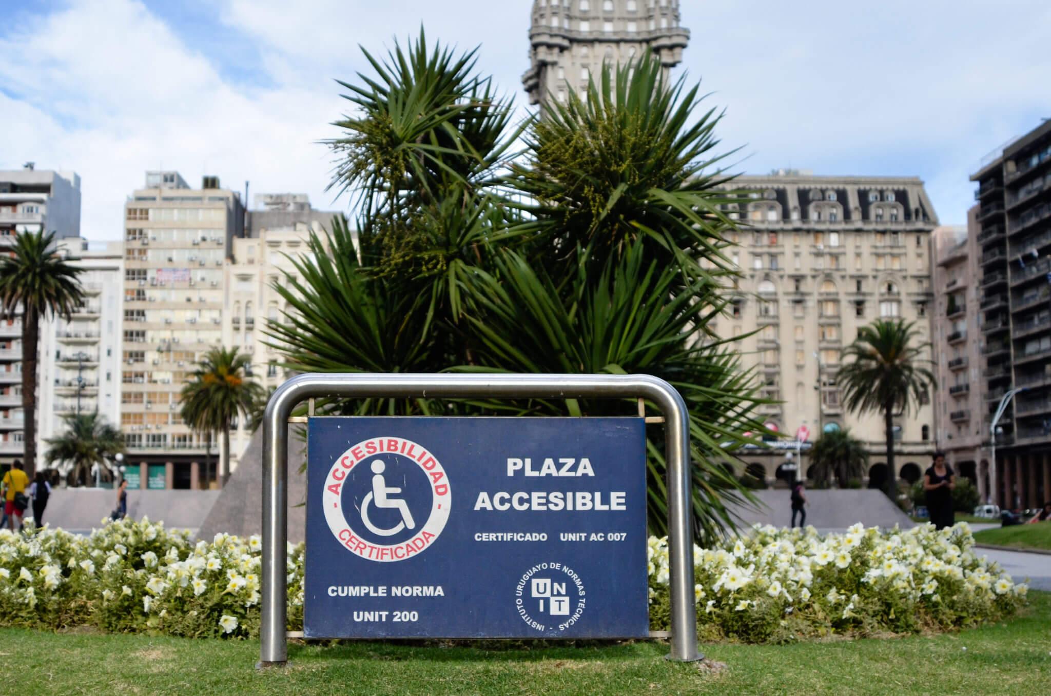 Deficientes físicos em Montevidéu: Plaza Independencia