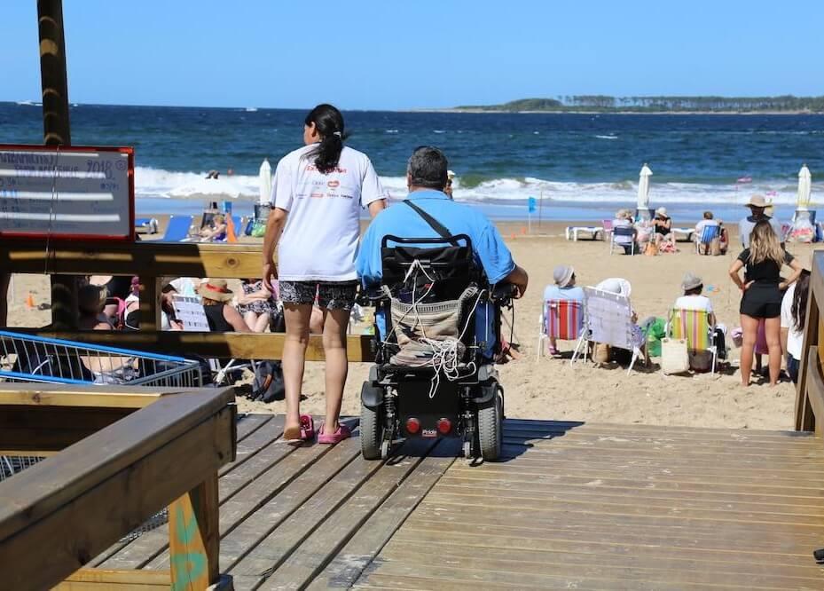 Deficientes físicos em Punta del Este: praia acessível